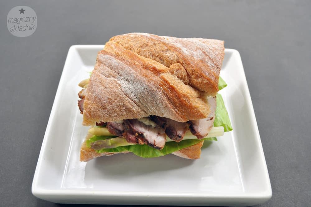 Schab po warszawsku na szparagach jako kanapka
