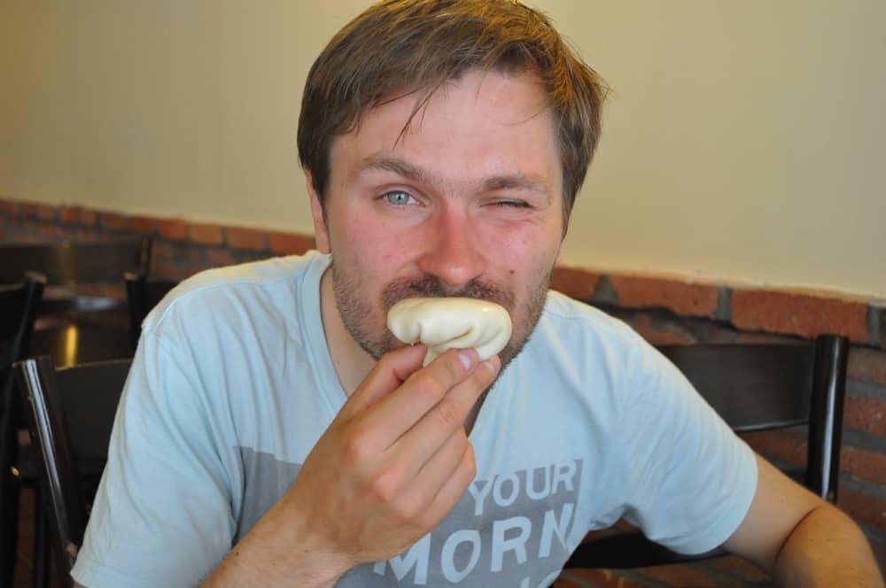 Adrian pokazuje jak jeść Chinkali.