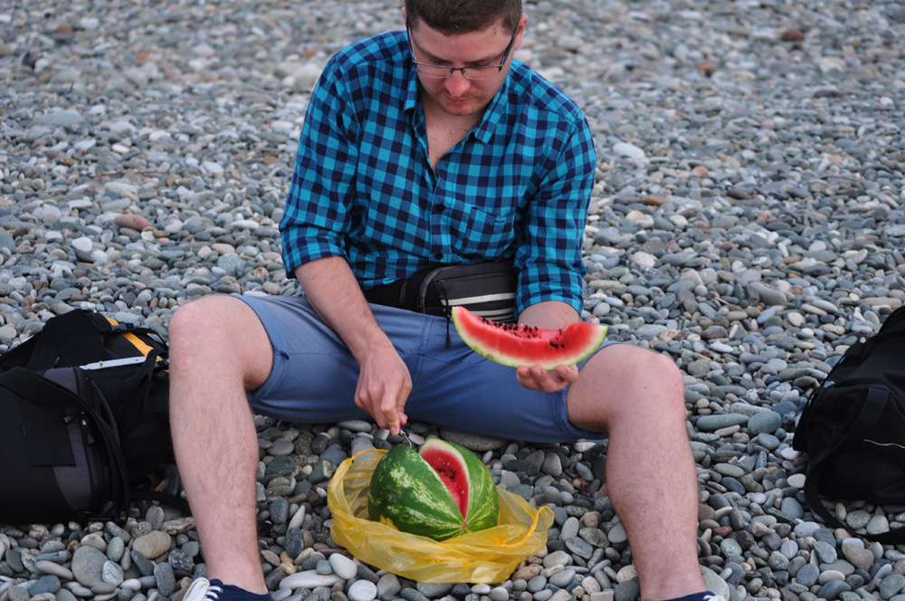 "Tomek kroi arbuza na ""plaży"" w Barumi"
