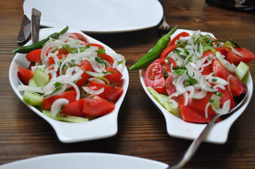 Gruzińska sałatka z cudownych pomidorów i ogórków