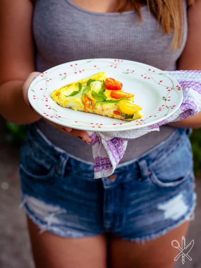 Frittata z pomidorami i kwiatami cukinii-11
