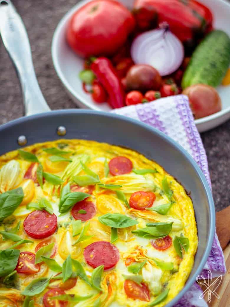 Frittata z pomidorami i kwiatami cukinii-4