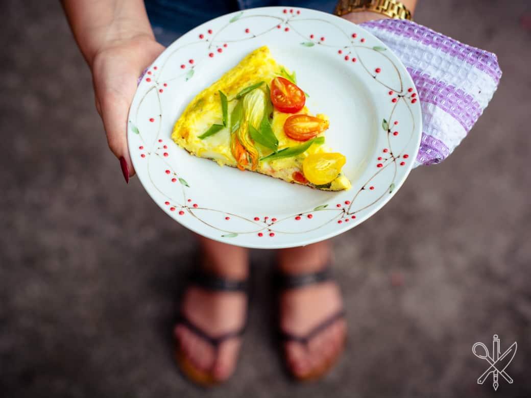 Frittata z pomidorami i kwiatami cukinii-10