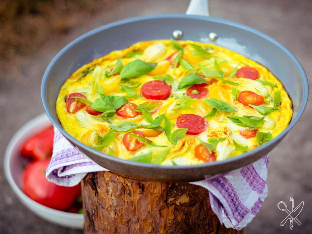 Frittata z pomidorami i kwiatami cukinii-8