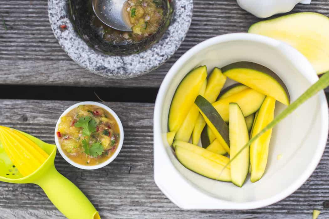 Zdrowy grillgrillowane krewetki makrelaz grilla grillowana polenta sos arachirowy salsaz mango salsa verde-2