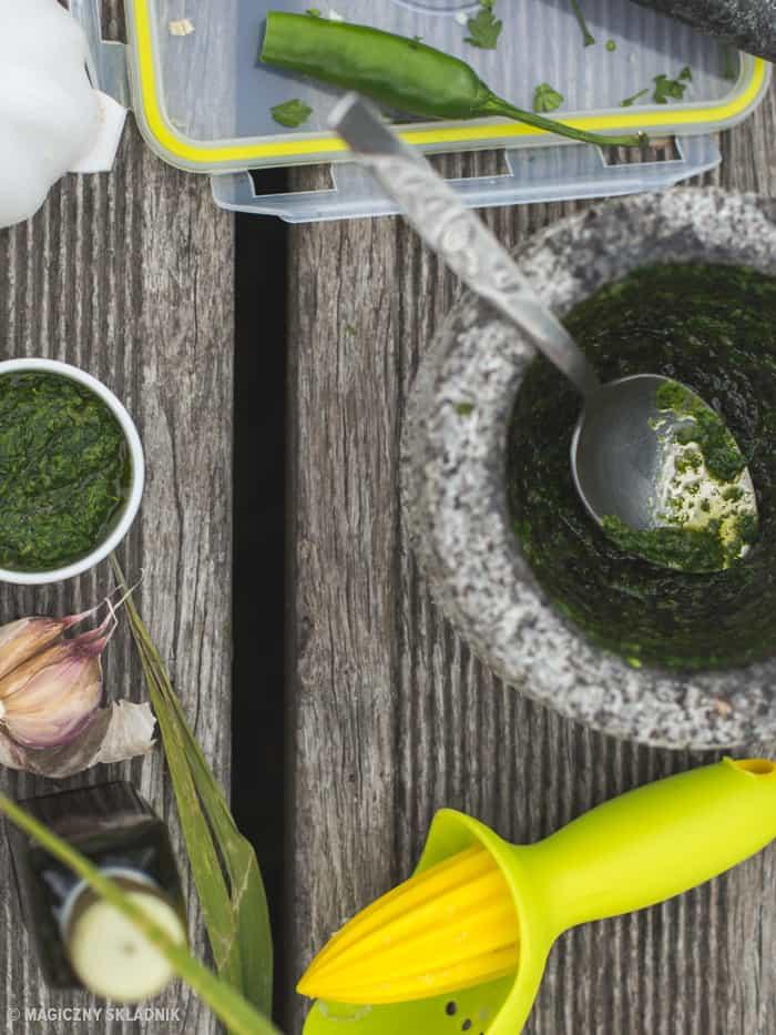 Zdrowy grillgrillowane krewetki makrelaz grilla grillowana polenta sos arachirowy salsaz mango salsa verde-7